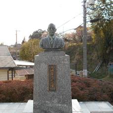 光明園にあります、福岡県盲人協会の初代会長、大城雪造氏の銅像です。